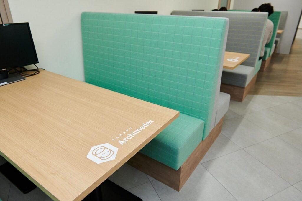株式会社POLのオフィスのファミレス席